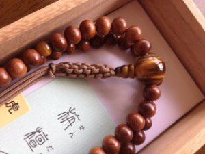 男性用数珠,栴檀(せんだん)虎目入り 正絹房2