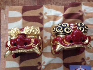 獅子頭修復・製作,左が修繕の獅子・右が新しく製作した獅子